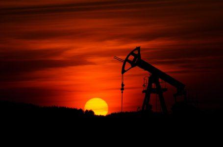 النفط يتراجع مع اجتماع أوبك بلاس لاتخاذ قرار بشأن إنتاج فبراير