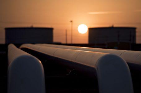 النفط يستعد للمكاسب الأسبوعية الثانية مع انخفاض المخزونات، وتراجع الدولار