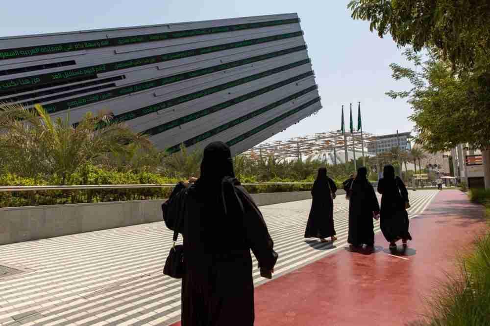 زوار يمشون بجوار جناح المملكة العربية السعودية خلال يوم افتتاح معرض إكسبو 2020 في دبي، الإمارات العربية المتحدة، في 1 أكتوبر. المصور: كريستوفر بايك، بلومبيرغ.